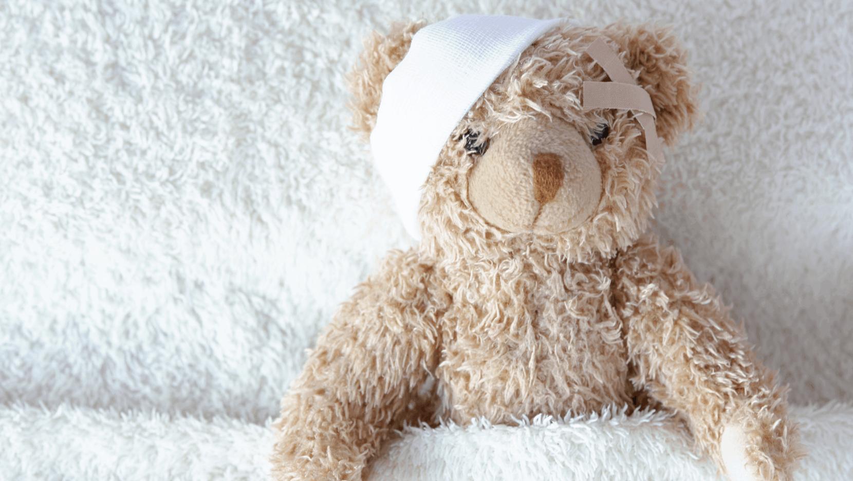 Teddybär, der einen Verband um sein rechtes Ohr trägt
