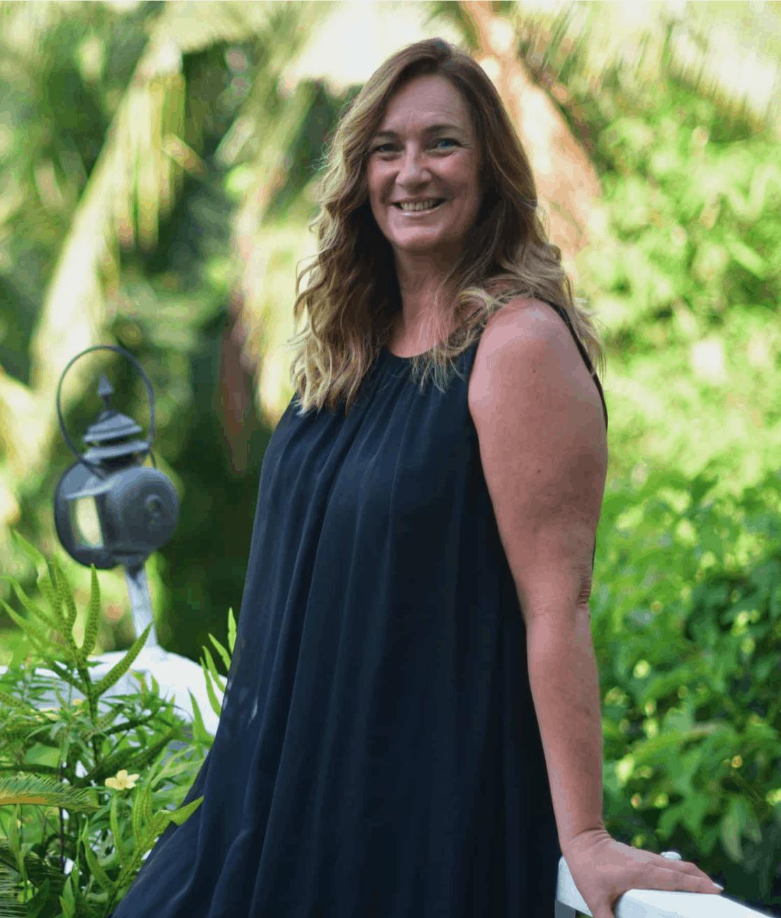 Mia Brummer vor weißer Wand mit rundem Durchbruch
